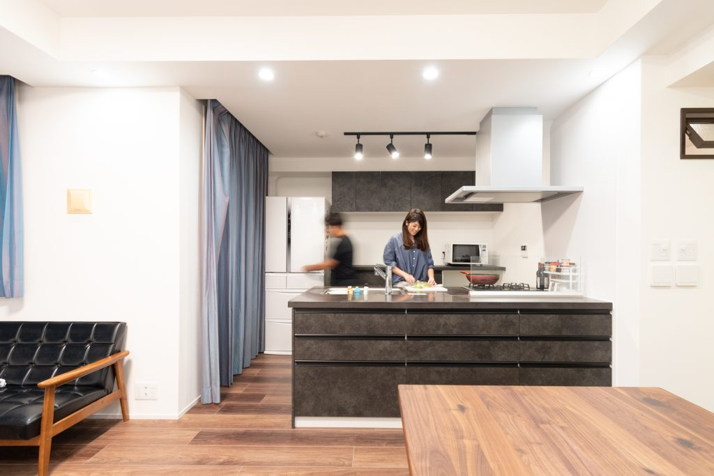 選りすぐりの黒いキッチンが映える大人なリノベーション。